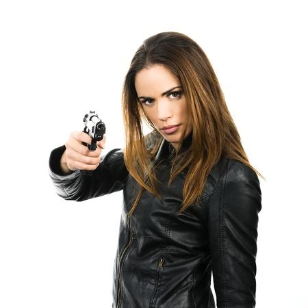 magnum: tourn� en studio sur fond blanc: femme jeune beaut� tenant .44 Magnum arme de poing, pr�t � se battre