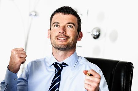 actitud positiva: Un hombre de negocios atractivo, con actitud positiva