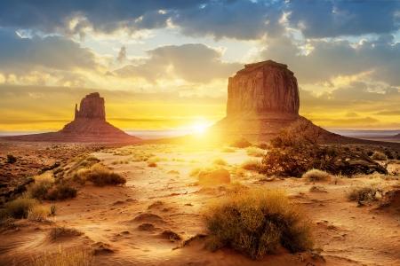 Puesta del sol en las hermanas en Monument Valley, EE.UU. Foto de archivo - 19906389