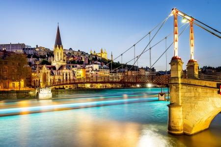 vlonder: nacht weergave van St Georges voetgangersbrug in Lyon stad met Fourvière kathedraal, Frankrijk Stockfoto