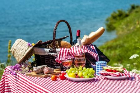 Schmeckte Picknick auf dem Rasen in der Nähe eines Sees Standard-Bild - 22944352