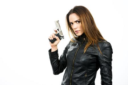 mujer con pistola: foto de estudio sobre fondo blanco: mujer belleza joven con pistola Magnum .44, listo para luchar Foto de archivo