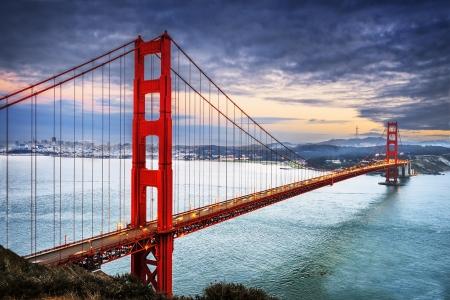 famoso Golden Gate Bridge, San Francisco por la noche, EE.UU.