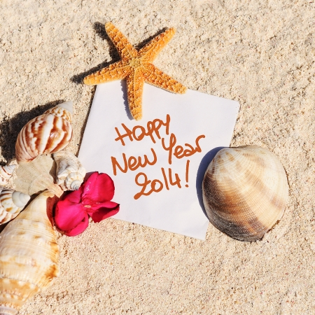 blank paper on white sand beach with starfish and shells like summer vacation background Standard-Bild
