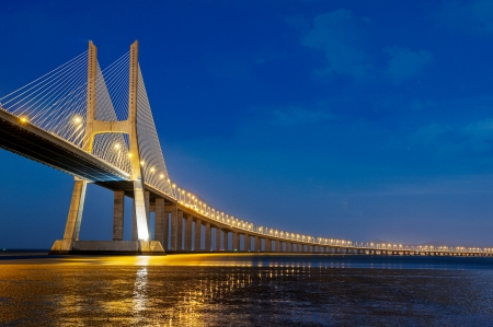 lisbonne: Vasco da Gama bridge is the largest in Europe over the Tagus river Stock Photo