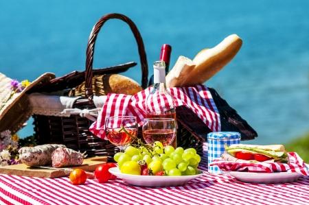 Schmeckte Picknick auf dem Rasen in der Nähe eines Sees Standard-Bild - 24984273