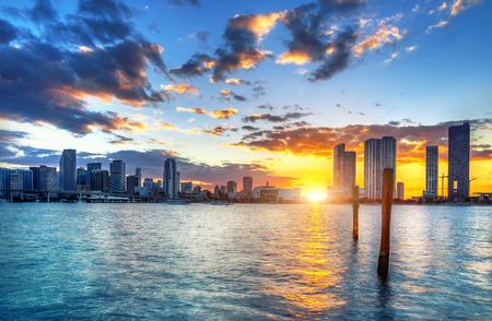 マイアミ市のスカイライン パノラマ反射を用いる海上都市高層ビルの夕暮れ時に 写真素材