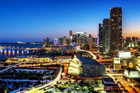 Miami céntrica en la noche, Floride, EE.UU. Foto de archivo
