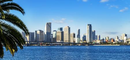 Miami Downtown Skyline tagsüber mit der Biscayne Bay.