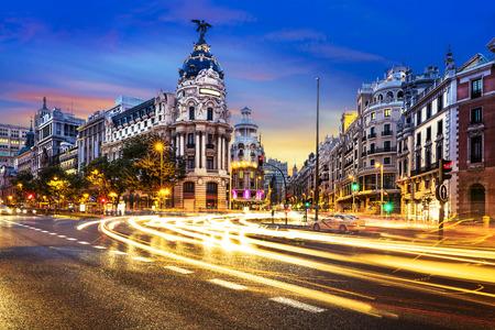 Strahlen der Ampel an der Gran Via, der Haupteinkaufsstraße in Madrid in der Nacht. Spanien, Europa.
