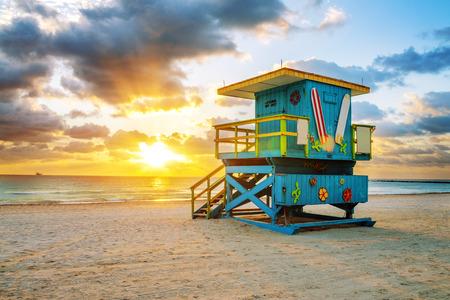ライフガード タワーとカラフルな雲と青い空と海岸線マイアミ サウス ビーチの日の出。