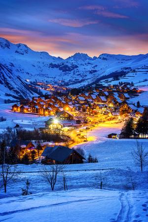 Abendlandschaft und Skigebiet in Französisch Alpen, Saint Jean d'Arves, Frankreich Standard-Bild