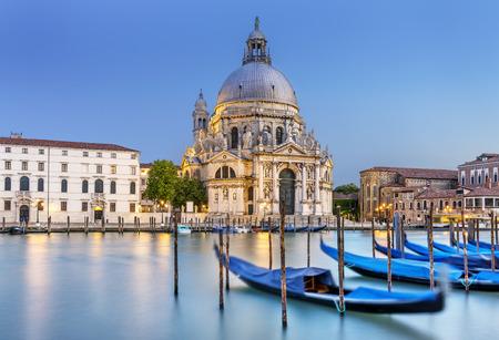 Gondel auf den Canal Grande mit Basilica di Santa Maria della Salute im Hintergrund, Venedig, Italien Lizenzfreie Bilder