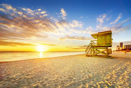 playa: La salida del sol de Miami South Beach, con la torre de salvavidas y la costa con nubes de colores y el cielo azul.