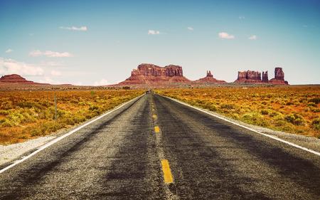 モニュメント バレー部族公園、米国近くアメリカの南西で有名な道 写真素材
