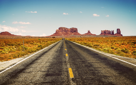 lejos: famosa carretera en el suroeste de américa cerca de Monumento Valley tribales, EE.UU.