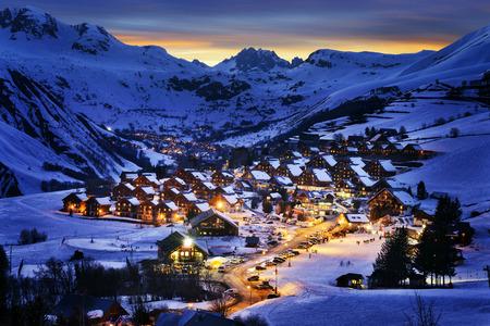 Wieczorem krajobraz oraz ośrodek narciarski w Alpach francuskich, Saint Jean d'Arves, Francja Zdjęcie Seryjne