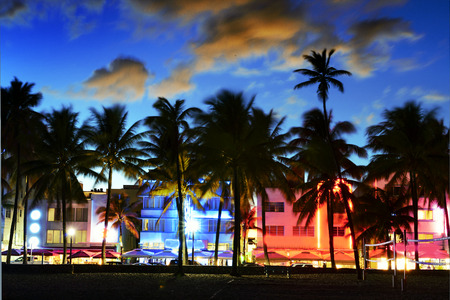 Hotels und Restaurants Florida bei Sonnenuntergang am Ocean Drive Miami Beach,, weltberühmten Ort für sein Nachtleben, schönes Wetter und unberührte Strände