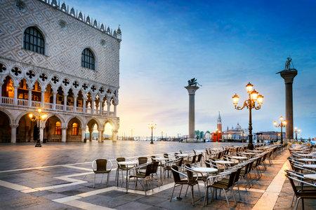 Plaza de San Marcos con San Giorgio Maggiore di iglesia en el fondo - Venecia, Venecia, Italia, Europa Editorial