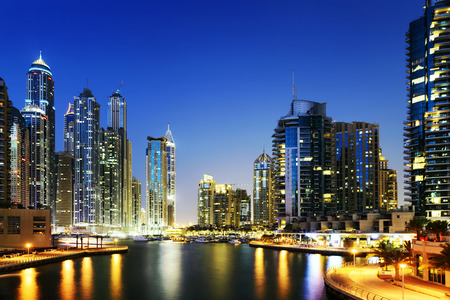 Skyline von Dubai Marina mit Booten in der Nacht, Vereinigte Arabische Emirate, Naher Osten Lizenzfreie Bilder