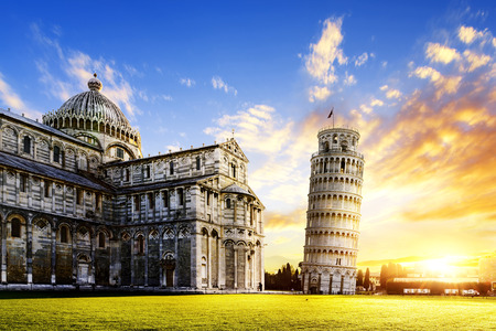 place of Miracoli complex with the leaning tower of Pisa in front, Italy 免版税图像