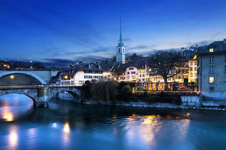 Een zicht op de onderkant van de oude binnenstad van Bern, Zwitserland in de avond. Stockfoto
