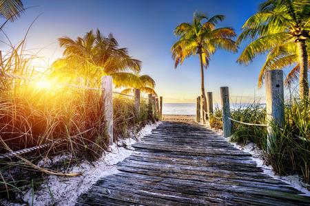 キーウエスト、マイアミ、フロリード、米国でビーチへの道