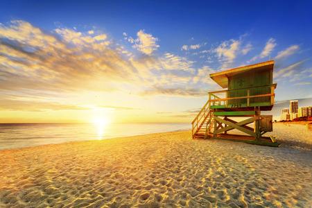 다채로운 구름과 푸른 하늘 기병 타워와 해안선 마이애미 사우스 비치 일출입니다.