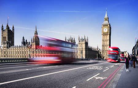 London, Großbritannien. Red Bus in Bewegung und Big Ben, der Palace of Westminster. Die Symbole von England in vintage, Retro-Stil