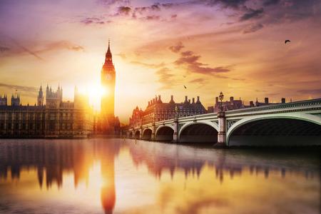 Big Ben und Westminster-Brücke in der Abenddämmerung, London, UK