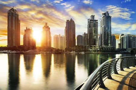 horizon de Dubaï Marina pendant la nuit avec des bateaux, Émirats arabes unis, Moyen-Orient