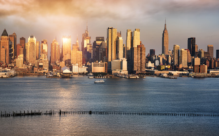 New York City skyline with urban skyscrapers at sunset, USA. Imagens