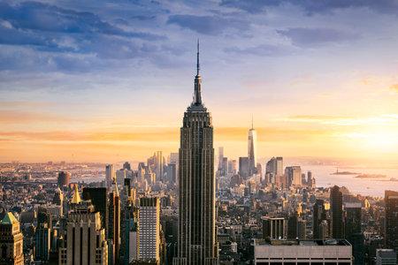 america del sur: Horizonte de la ciudad de Nueva York con los rascacielos urbanos al atardecer, EE.UU..