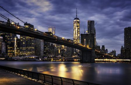 cab: Nueva York - hermoso amanecer sobre manhattan con Manhattan y Brooklyn puente de EE.UU.