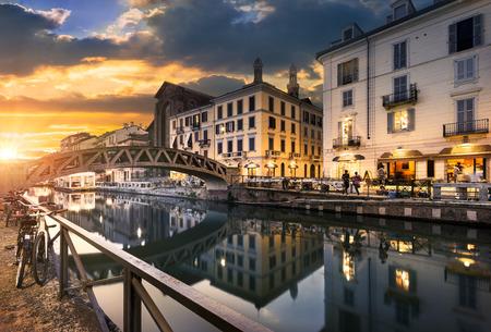 밀라노, 이탈리아에서 저녁에 나비 글 리오 그란데 운하를 건너는 다리 스톡 콘텐츠