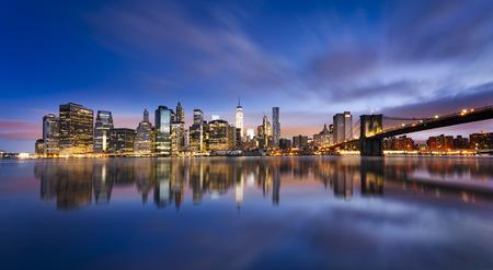 ニューヨーク市のマンハッタンとブルックリン橋米国のマンハッタンの美しい日の出
