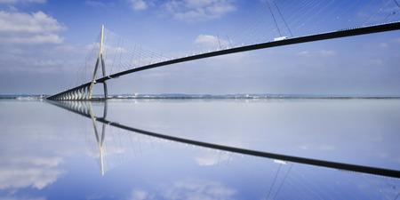 ル ・ アーヴル, フランス、セーヌ川に反映「ポン ・ デュ ・ ノルマンディー」橋の柱