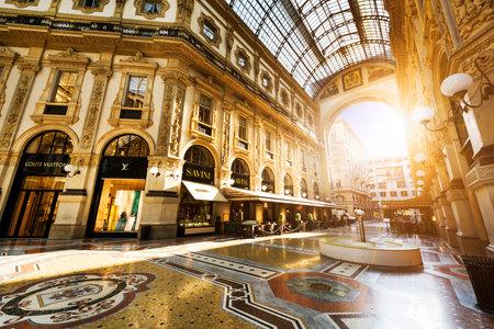 Mailand, Italien - 29. August 2015: Luxus-Shop in der Galleria Vittorio Emanuele II Einkaufszentrum in Mailand, mit Käufern und Touristen um Bummeln ein. Prada ist eine italienische Luxusmodehaus im Jahr 1913 gegründet