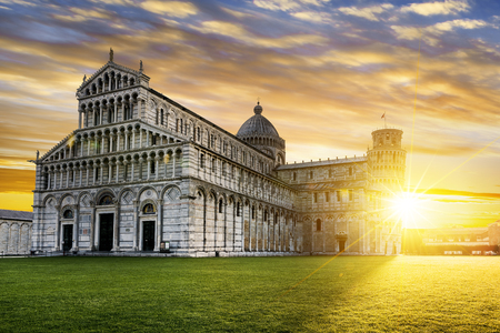 piazza dei miracoli: Piazza dei Miracoli complex with the leaning tower of Pisa in front, Italy