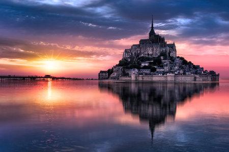 Le Mont-Saint-Michel o zachodzie słońca, Normandia, Bretania, Francja, Europa