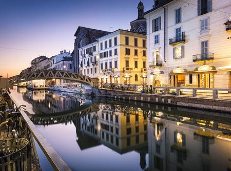 イタリア ・ ミラノで夕方、ナヴィーリオ グランデ運河にかかる橋