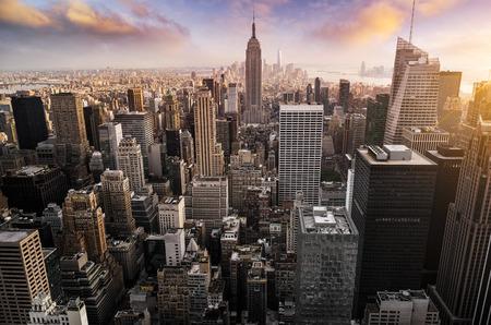 skyline van New York met de stedelijke wolkenkrabbers bij zonsondergang, USA. Stockfoto