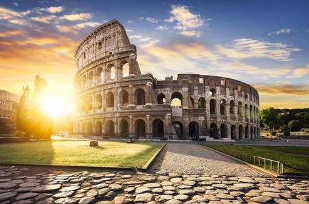 コロッセオ ローマと朝の太陽、イタリア、ヨーロッパでのビュー。
