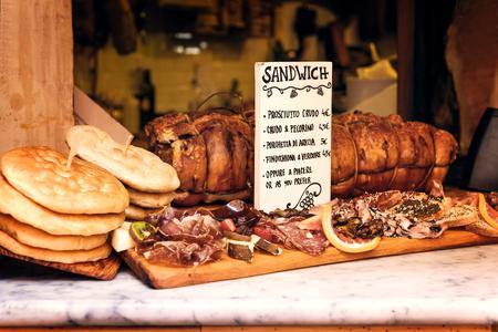 comida italiana: comida italiana en la ciudad de Roma, Italia al sur de Europa. delicatessen fmous, carne de cerdo, sabrosos sandwiches, prociuto, salami, pan, comida italiana auténtica.