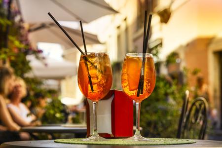 Aperol Spritz 칵테일입니다. 아이스 큐브와 오렌지 테이블을 기반으로하는 알코올 음료. 스톡 콘텐츠