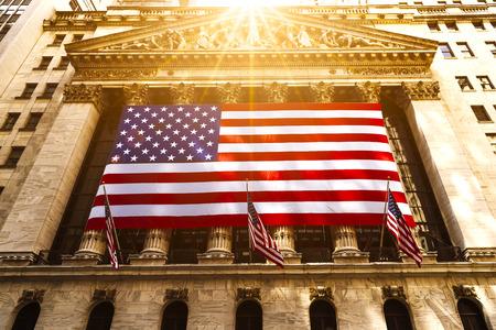 유명한 벽 거리와 뉴욕의 건물, 애국자 플래그 뉴욕 증권 거래소 스톡 콘텐츠