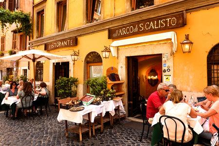 ローマ, イタリア - 2016 年 5 月 27 日: 身元不明者はイタリア、ローマのトラステヴェレ地区にある屋外レストランで伝統的なイタリア料理を食べるし 報道画像