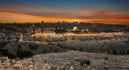 Ansicht zu alter Stadt Jerusalems bei Sonnenuntergang. Israel Standard-Bild - 79055242