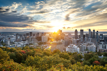 Montreal skyline early in the morning from Mont Royal park, Canada 免版税图像 - 118503554