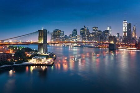 Skyline de la ville de New York avec des gratte-ciel urbains au coucher du soleil, USA.